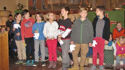 In der Aufnahme Messe stellen sich die Neuen vor. Jedes Kind bekommt als Symbol ein Schaf, auf dem steht, was er/sie am besten kann und am liebsten macht.