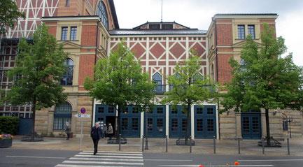 Montag: Auf der Fahrt nach Thüringen bleiben wir in Bayreuth stehen und besuchen das Bayreuther Festspielhaus.
