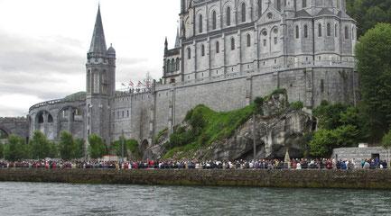 Sonntag: Diesen Tag verbringen wir in dem berühmten Wallfahrtsort Lourdes, auf dem Foto die imposante Basilika und eine Menschenschlange von Pilgern und Touristen.