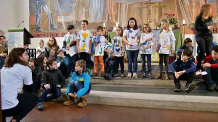 Gruppenfoto mit Kindern und Leiterinnen von der Jungschar Aufnahmemesse am Christkönigssonntag 2018.