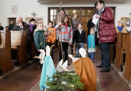 Am zweiten Adventsonntag nehmen die Kinder einen Hirten und seine Schafe mit auf den Weg.