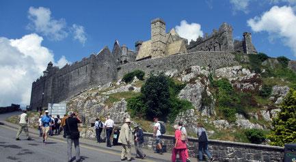 Samstag: Der Rock of Cashel ist eine der bedeutsamsten Sehenswürdigkeiten Irlands mit Relikten der Kathedrale, mit seinem Rundturm und mit der romanischen Kapelle von Cormac.