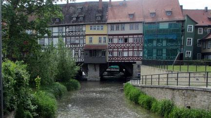 Donnerstag: In Erfurt, der Landeshauptstadt von Thüringen, besuchen wir auch die alte Krämerbrücke und bewundern die schönen alten Fachwerkbauten.