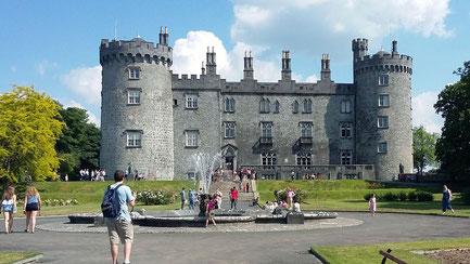 Sonntag: Die mittelalterliche Stadt Kilkenny befindet sich im Südosten der Insel. Am Vormittag kann jeder auf eigene Faust durch die Straßen spazieren, in einem der vielen Cafés einkehren oder das Castle of Butlers besichtigen.