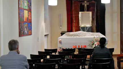Am Karfreitag und Karsamstag ist in der Seitenkapelle Gelegenheit zum stillen Gebet beim Heiligen Grab. Foto vom Karsamstag 2019.