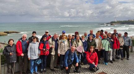 Freitag: In Biarritz machen wir ein Gruppenfoto mit dem Panorama der Atlantikküste im Hintergrund. Trotz Regen und Wind waren viele Surfer im Wasser.