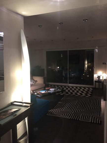 Nice Centre-Luxe-Terrasse. La nuit, le salon vu depuis la luxueuse entrée