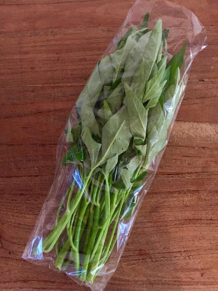 最近よく耳にする野菜で「空芯菜」の話してて、食べたいけど売ってないって言う話してたら、持って来てくれた!♪ 今日は「空芯菜のナンプラー炒め」決定♪