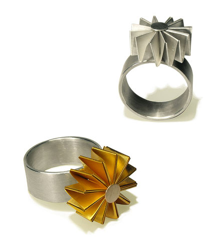 Der Ring MULINO aus Silber und goldplattiertem Feinsilber ist außergewöhnlich. Seine Form erinnert an eine Blume oder ein Windrad. Jedem Betrachter zaubert er ein Lächeln auf die Lippen, weil er überraschend und erfrischend ist.
