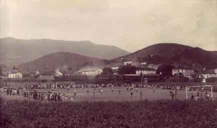 El campo de Maderas registraba siempre grandes entradas. En la foto se aprecia el paso de una antigua locomotora por la línea de ferrocarril Castejón-Bilbao.