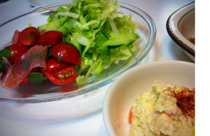 生バジルが売ってたので、うちの超定番バジルトマトを生バジルで作ってみた。 ◎でした! ポテサラはハムの代わりに残り物の蒸し鶏いれて、、、可もなく不可もなく、。