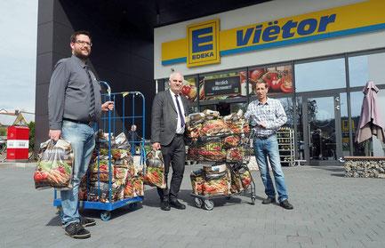 v.l. Maiko Vietor, Pfarrer Bernhard Richter bei der Übergabe der gespendeten Tüten