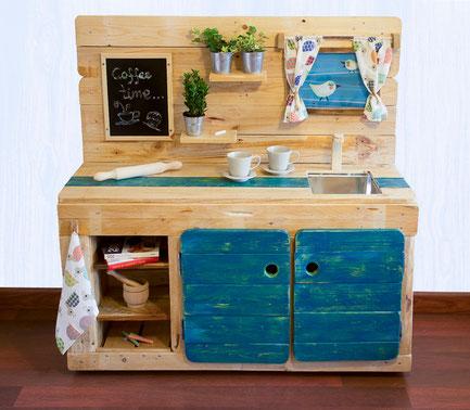 cocina infantil modular de madera reutilizada
