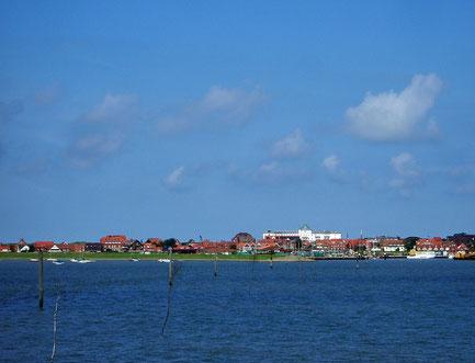 Blick auf die Ortsmitte der Insel Juist von der Fähre aus