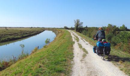 Einsames Fahren in der Sumpfregion Marais Poitevin.
