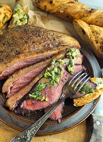 Picanha,  Tafelspitz nach Niedriggarmethode, mit Salsa verde, frischem Brot und Kräuterbutter