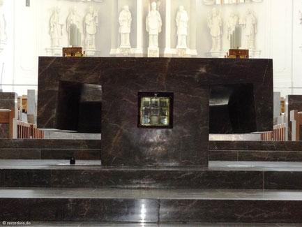 Hochaltar mit Bergkristallschrein (mittig), der die Schädelreliquien von Kilian, Kolonat und Totnan birgt, Kiliansdom, Würzburg