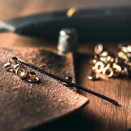 Diesen Verschluss erhalten wir von unserem Lieferanten aus Deutschland, welcher die Kopfnieten in Italien produzieren lässt. Der Kopf der Niete ist aus Messing und die Schraube aus Eisen. Die Nieten entsprechen dem OEKO-Tex 100 Standard.