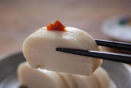 天たつの「ぐちかまぼこ」に越前仕立て汐雲丹を載せて食べると大変おいしいお酒の肴になります