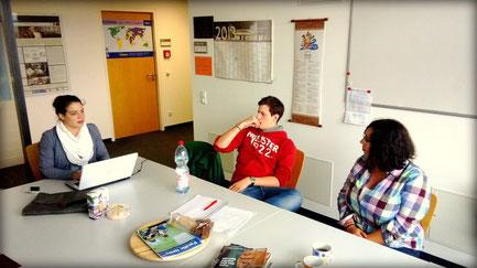 Unsere HSG-Mitglieder Julia, Erik und Nadja (v.l.n.r.) beim Planen der nächsten Wochen