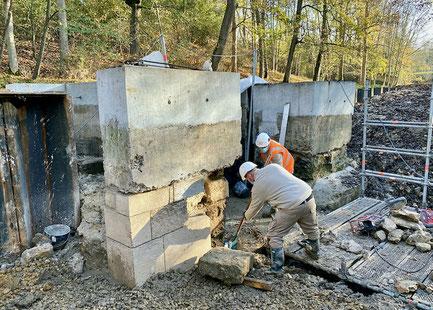 Déversoir classé monument historique totalement dégagé et mis au sec pour remplacement des pierres et rejointement.