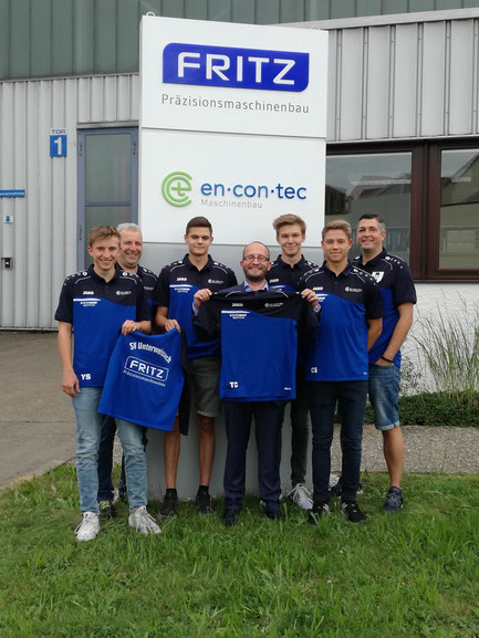 Auf dem Bild von links: Yannick Schaaf, Trainer Klaus Kinzel, Jannis Scholz, Geschäftsführer Thorsten Czernick, Elias Berg, Cedric Schuller und SVU-Vorstand Ralf Noack