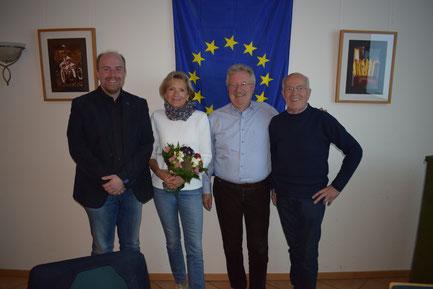 Ulrike und Dr. Ernst-Dieter Köpper (m.), umrahmt vom SfE-Vorsitzenden Gerd H. Niemeyer (r.) und seinem Stellvertreter Alexander Niemeyer (l.) (© Stockhausen für Europa)