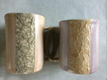 今回の「和紙柄アレンジのマグカップ」は「ロングカップ」のような同色ではなく別色の組合せ。素地の色も少し違う。