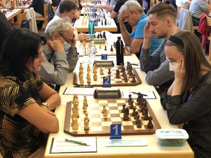 Brett 1 im B-Turnier: Monika Molnar gegen Polina Karelina