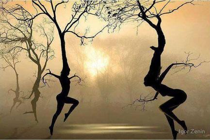 Frauen in Darstellung von Bäumen