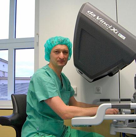 Dr. Maxim Janowski Roboterchirurg, Facharzt für Urologie, Dr. Janowski operiert mit dem Roboter daVinci