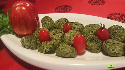 Frisch gekochte, selbstgemachte, grüne Basilikum-Kartoffel-Gnocchi mit glänzendroten Tomaten von K.D. Michaelis