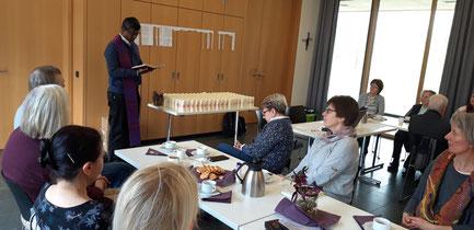 Pater Rajakumar segnet die Osterkerzen - Foto: HPD
