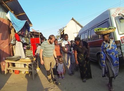 Einkaufen auf dem Markt in Mbalizi