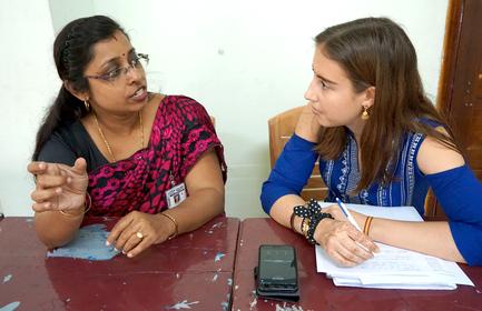Bild Melanie Büchler im Gespräch mit einer Frau in Indien