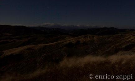 La parte alta della Valle del Vento illuminata dal chiaro della luna Rossa (23 giugno 2013). In primo piano le fronde chiare dell'avena battute da un vento deciso.....
