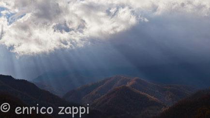 Raggi di sole filtrano sui crinali Casentinesi.