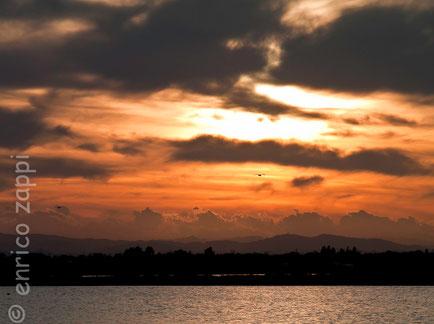 Il sole scende per il quotidiano tramonto che dalle nervose nubi si preannuncia molto accattivante (Saline di Cervia RA 07.10.12)