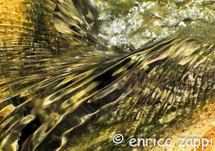 I colori dell'acqua di un torrente di montagna (particolare)