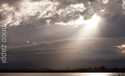 Giochi di luce fra nubi e sole, ma chi conduce è il vento!