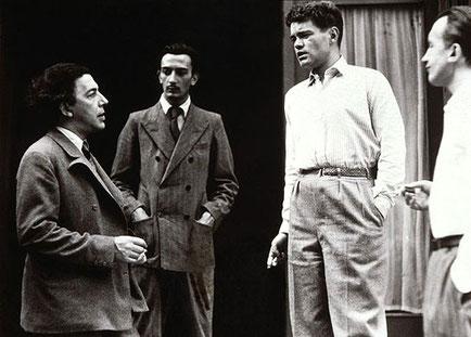 左からアンドレ・ブルトン、サルバドール・ダリ、ルネ・クルヴェル、ポール・エリュアール。(1930年)クルヴェルはブルトンに同性愛的感情を抱いてたようだ。
