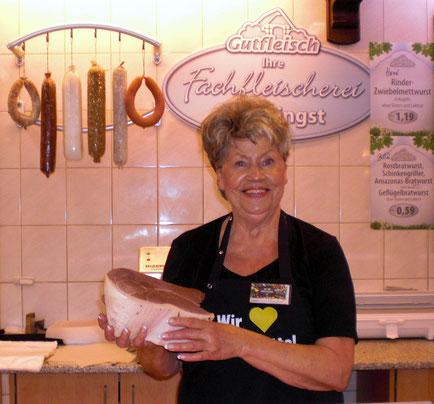 In der Fleischerei-Fachabteilung für Sie da: Leiterin und Fleischerei-Fachverkäuferin Gaby Hamdorf