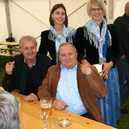 Besuch in Kühnsdorf,  Obmann Oswald Oman mit Chronisten Dieter Fleiß, umgeben von Marketenderinnen der Marktkapelle Eberndorf Kühnsdorf
