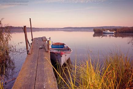 Fischerboot an einem Steg in den frühen Morgenstunden
