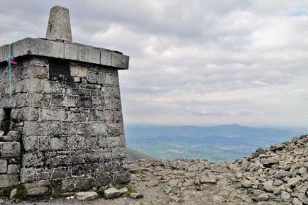 スリーブ・ドナード頂上です。三角点は石造りの塔の上に建てられています。