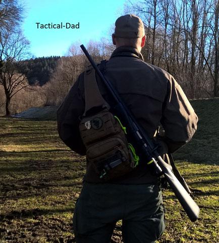 Jagdaufseher mit Mauser M12 und Viper Sling Bag. Die Tasche ist wirklich bequem zu tragen. Und zum Schießen ist die rechte Schulter frei.