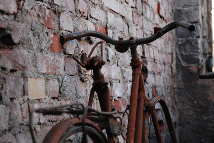 Ein sehr reparaturbedürftiges Fahrrad