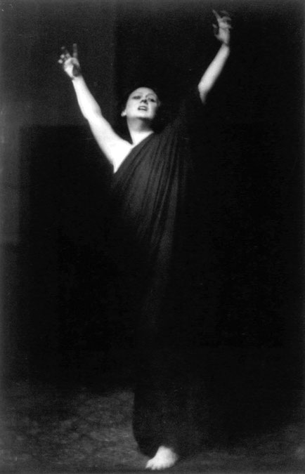 """""""Isadora Duncan (grayscale)"""" By Arnold Genthe (1869–1942) [Public domain], via Wikimedia Commons"""