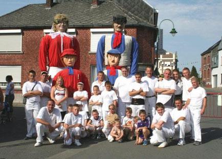 Les géants et leurs porteurs lors de l'édition 2007 de la Ducasse du Grand K'min