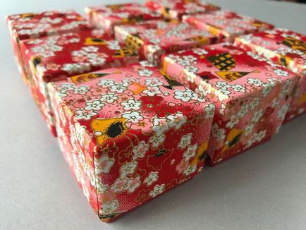 千代紙を貼り紙にした手加工の貼り箱の小箱